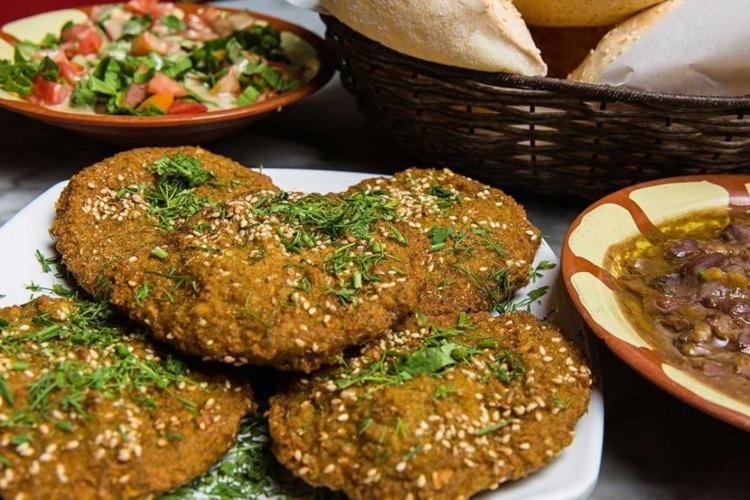 طعمية وفول وعيش، فطار مصري تقليدي
